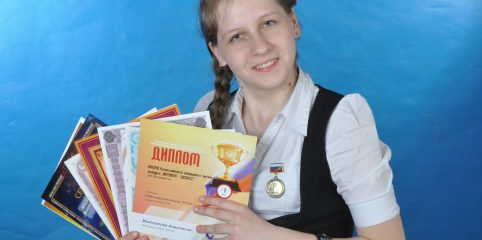 На груди – медаль за лучшую работу в секции Лингвистика на ЮНК-Север в г.Петербурге